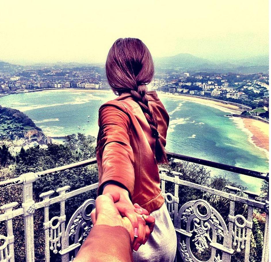 情侣拉手旅行照片图片