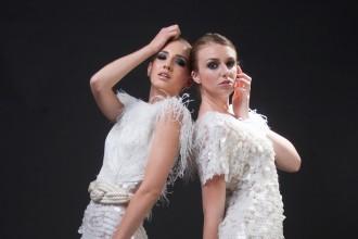 黑色调背景双人美女模特RAW图片免费下载